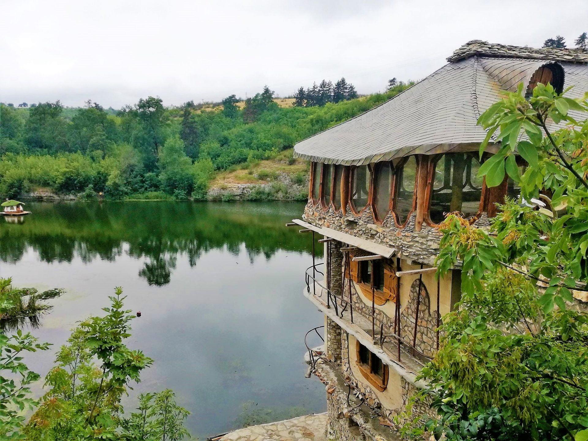 Каменни къщи Карлуково и Луковит, Ачо и Петя