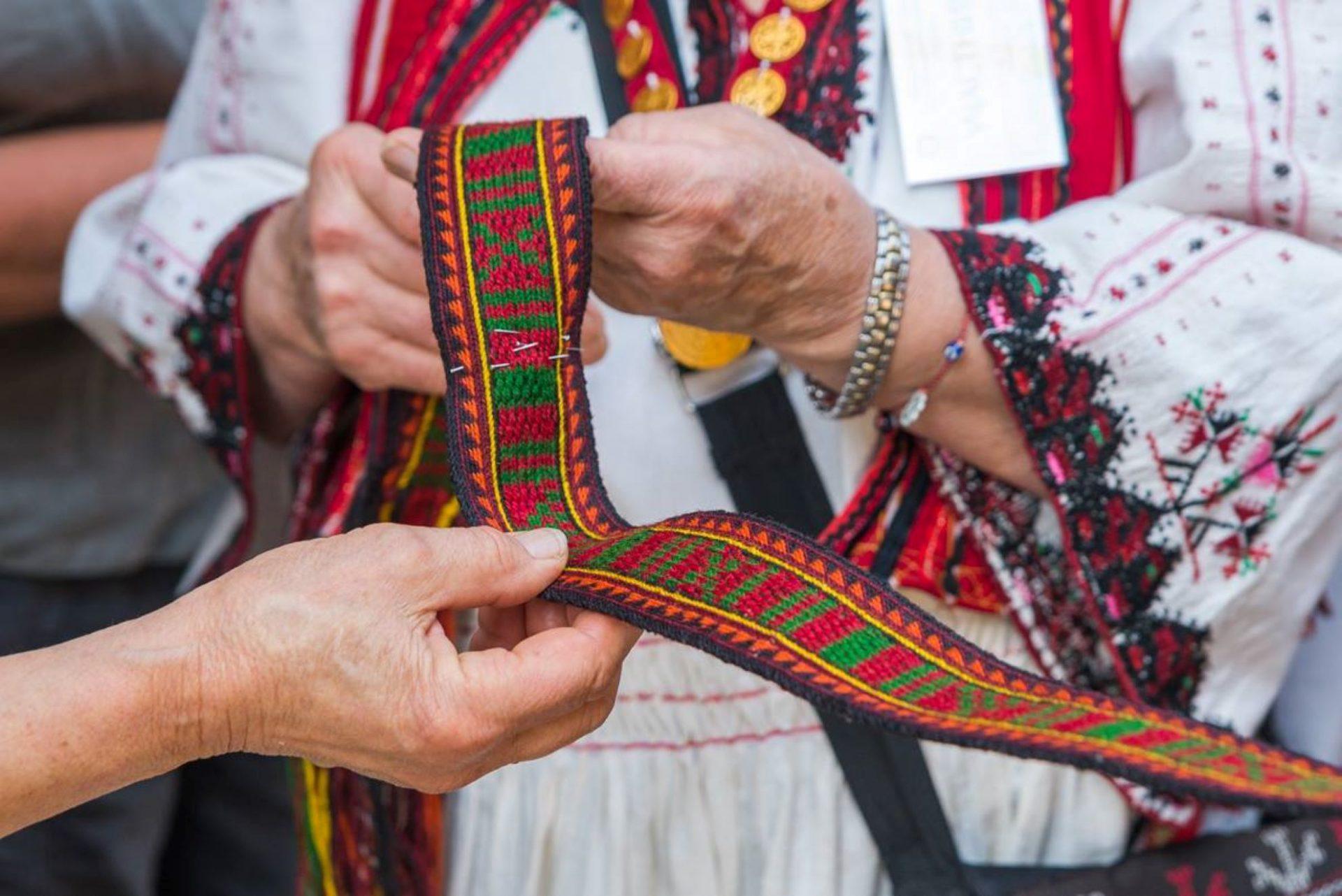Тъкане на колани с кори